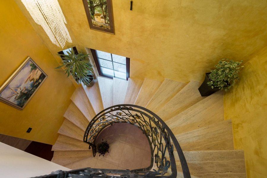 Stepenice koje vode do gornjeg kata