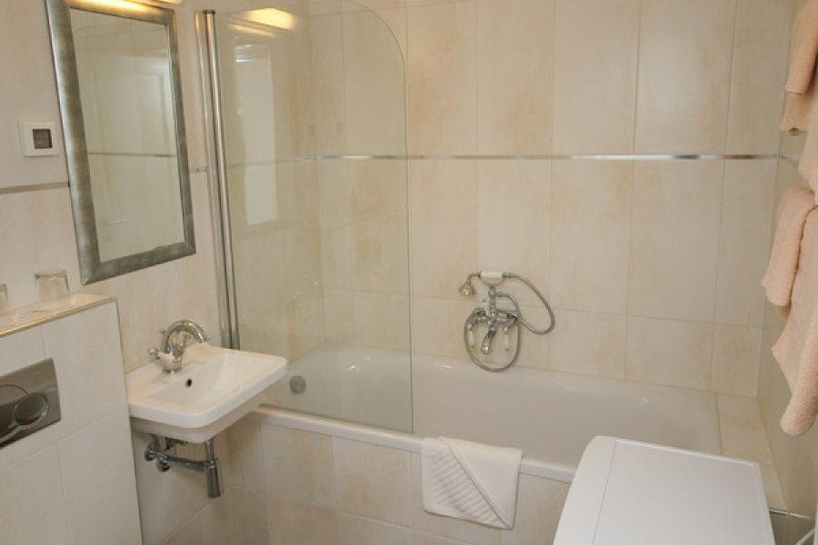 Bathroom wtih bathtub in 4+1 ap.